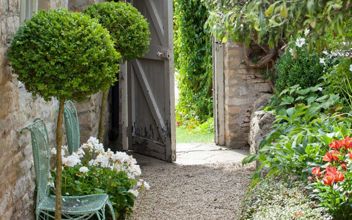 Garden-path-ideas-mature-garden-gravel-path-stone-cottage-Mark-Bolton-920x920