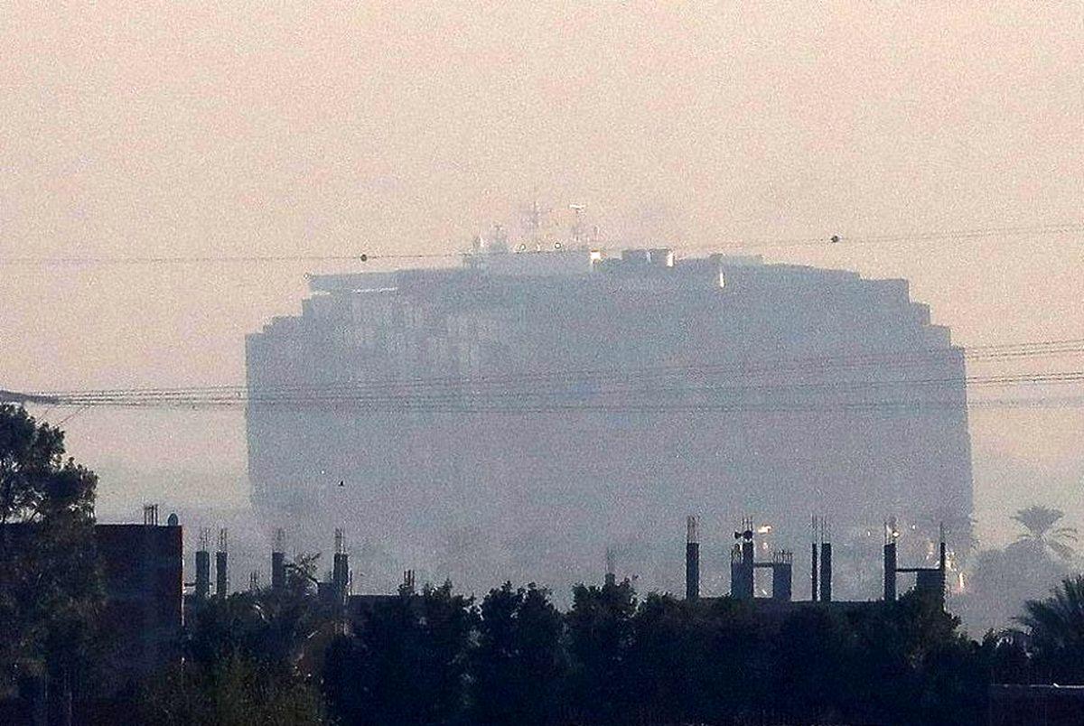 کانال سوئز باز شد ، حرکت کشتی باربری که کانال سوئز را مسدود کرده بود