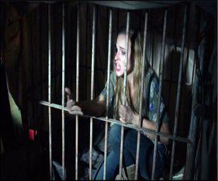 دختر ۵ ساله ماهها در قفس سگ زندانی بود!