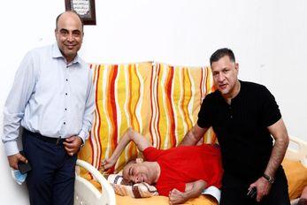 (عکس) دیدار علی دایی با یک کودک معلول اشک همه را در آورد!