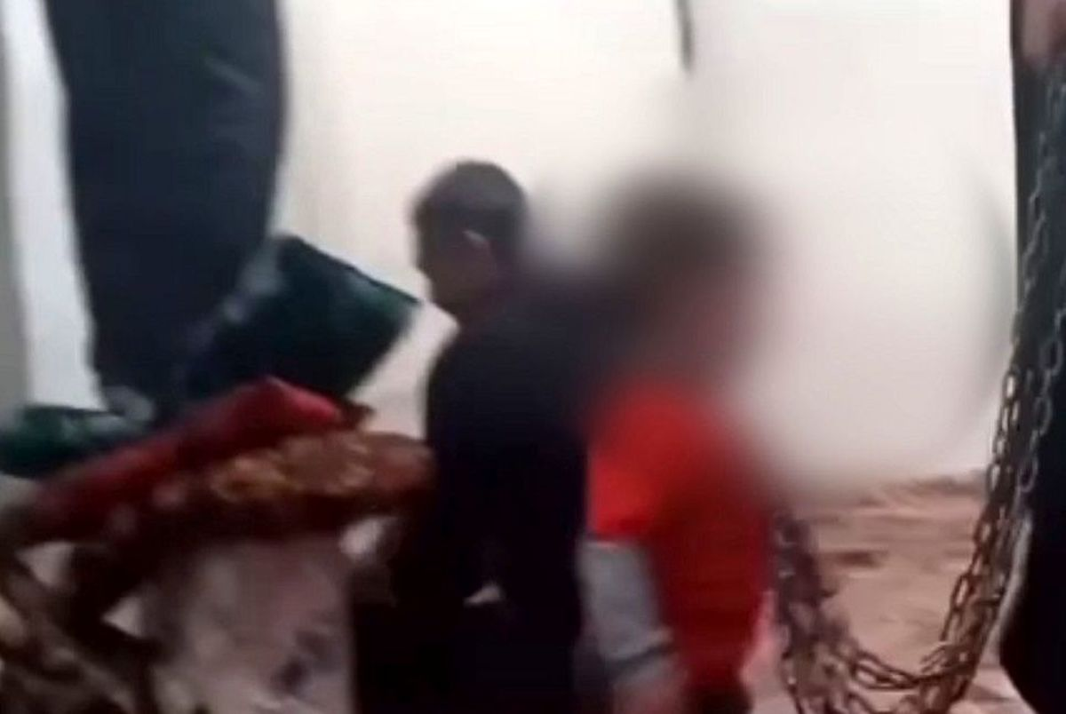 (ویدیو) کودک آزاری دردناک با زنجیر در عجب شیر!