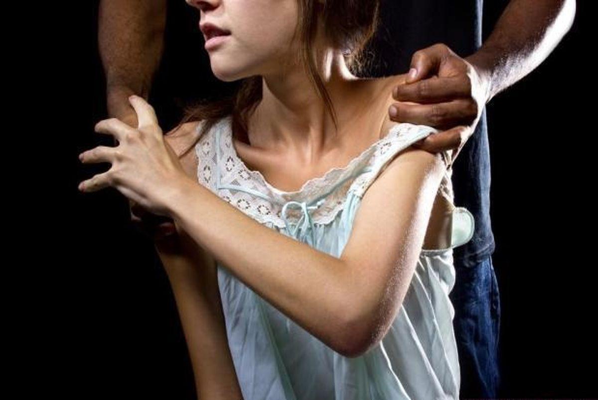 رقصیدن 2 دختر گنبدی بدون لباس جلوی مرد کفتار صفت!